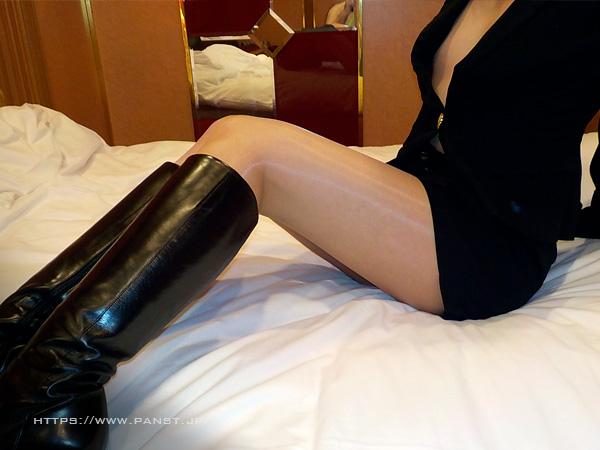 スーツにブーツ